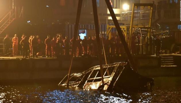В Китае из-за конфликта пассажирки с водителем автобус упал в реку, 13 погибших