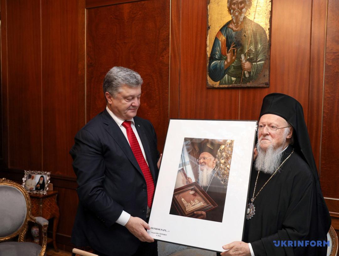 Порошенко подарил Патриарху Варфоломею историческое фото