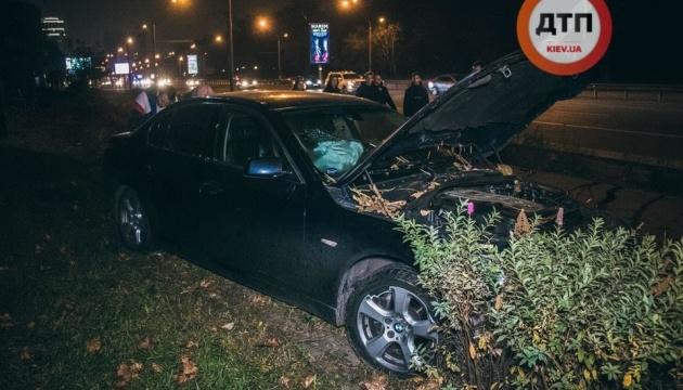 """В Киеве BMW на """"евробляхах"""" вылетел с дороги и снес два дерева - водитель сбежал"""
