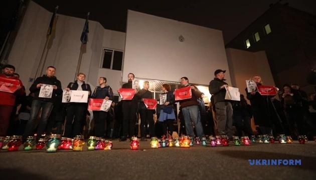 「誰がハンジュークさん殺害を依頼したのか?」:キーウ市民、内務省前で亡くなった活動家の追悼を実施