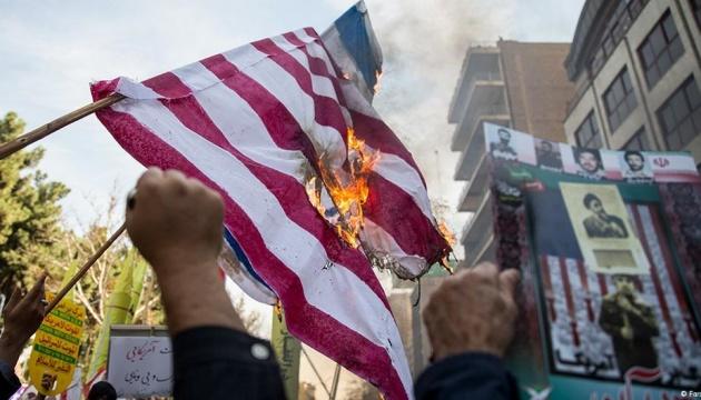 В Иране - антиамериканские протесты, демонстранты жгли флаги США и доллары