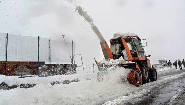 В Індії на завалених снігом дорогах застрягли сотні людей