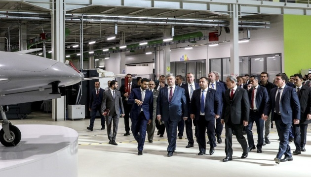 Poroshenko in Tukey visits production site of Baykar Makina Company