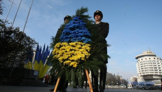 У Києві поклали квіти до могили Невідомого солдата