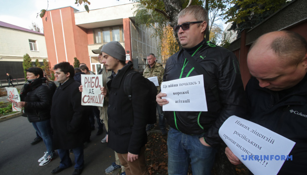 Активісти під РНБО вимагають санкцій проти