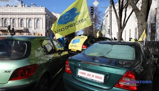 Власники авто на єврономерах продовжують мітингувати під ВР