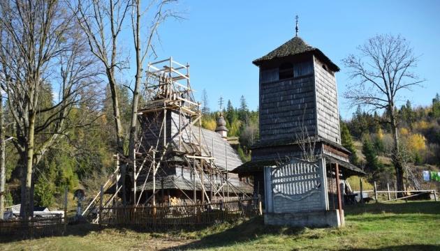 На Закарпатье реставрируют уникальную деревянную церковь