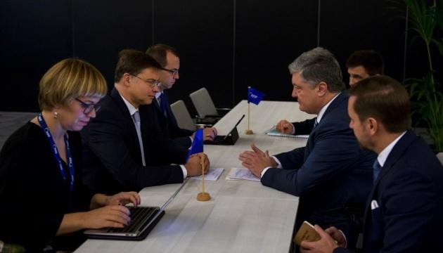 Poroshenko y Dombrovskis discuten el programa de ayuda macrofinanciera