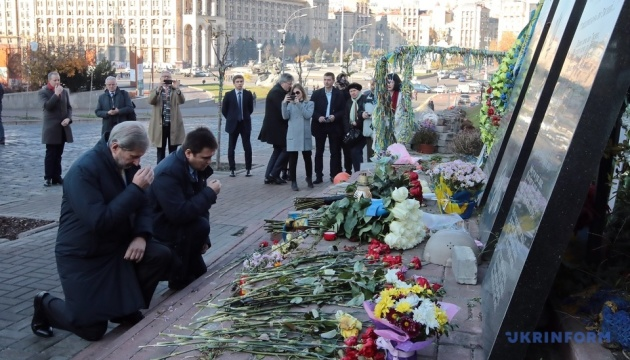 Johannes Hahn et Pavlo Klimkine ont déposé des fleurs au monument de la Centurie Céleste à Kyiv (photos)