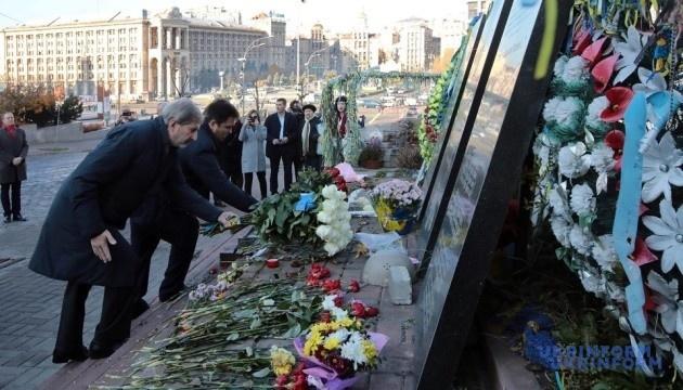 Хан и Климкин возложили цветы на аллее Героев Небесной Сотни в Киеве