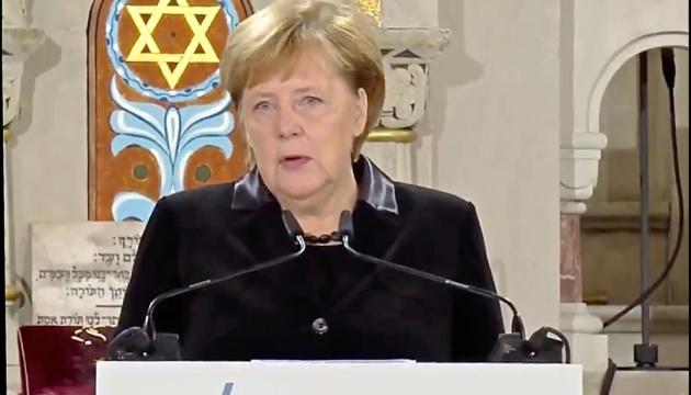 Меркель призвала давать решительный отпор антисемитизму и правому радикализму