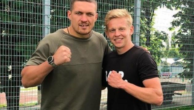 Зинченко поддержал Усика и подарил ему футболку «Манчестер Сити»
