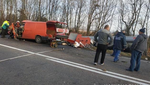 В Ривненской области микроавтобус влетел в грузовик, трое погибших