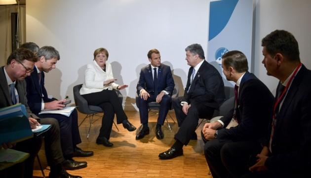 Порошенко обговорив з Макроном і Меркель миротворців та звільнення заручників