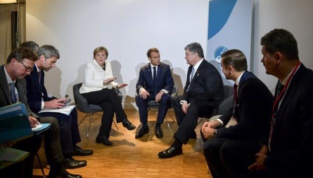 Poroshenko, Macron y Merkel hablan de las fuerzas de paz y la liberación de los cautivos