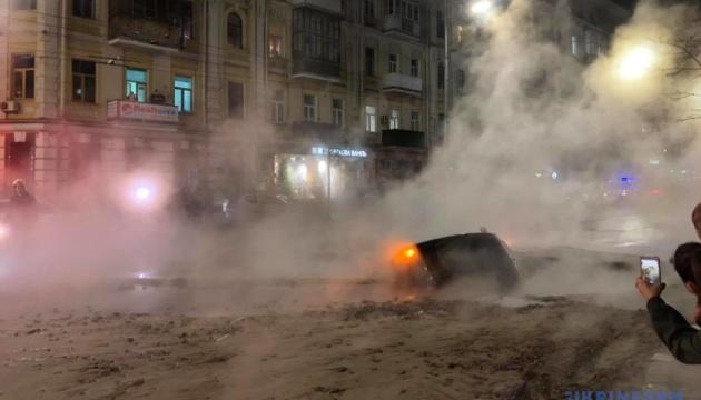 В центре Киева - авария на теплосети, улицу залило кипятком