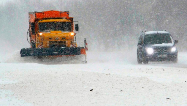 На дорогах України працюють 300 снігоприбиральних машин