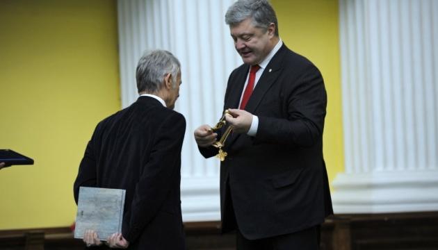 Порошенко вручил Джемилеву орден Свободы