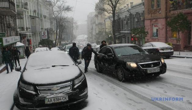 Erster Schneefall in Kyjiw: Schon 50 Verkehrsunfälle, Straßen lahmgelegt