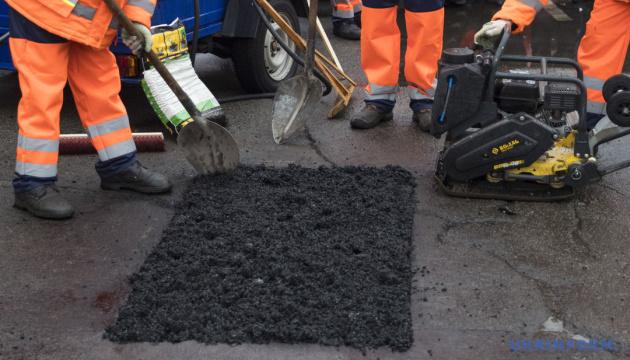 Укравтодор узявся латати ями на дорогах, що з'явилися з-під снігу