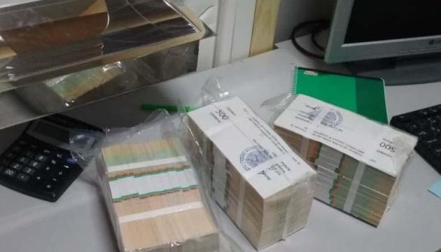 У Києві затримали валютних шахраїв, які ошукали жінку на $45 тисяч