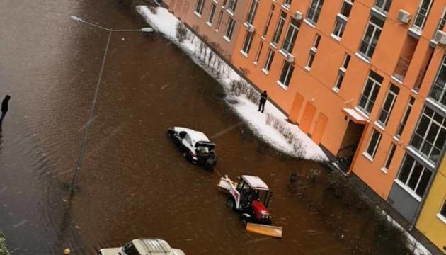 Столичний житловий комплекс затопило через прорив труби