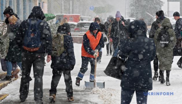 Снегопады, метели, гололед, ветер: ГСЧС призывает водителей и пешеходов к осторожности