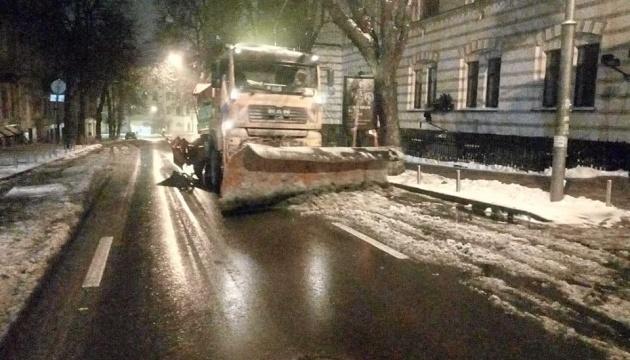 Сніг у Києві: комунальники показали, як розчищають місто
