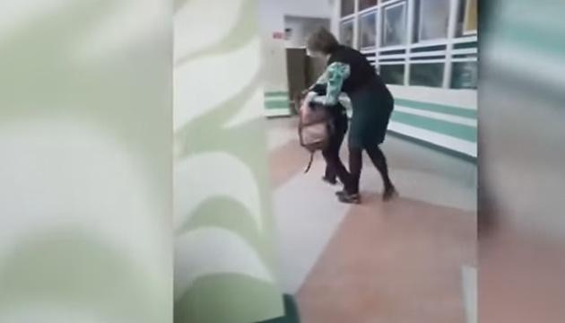 У Росії вчителька відгамселила школяра
