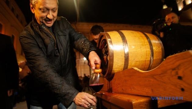 В Ужгороді святково відкоркували першу діжку молодого вина