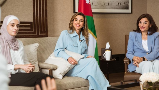 Королева Йорданії з'явилася в костюмі українського бренду