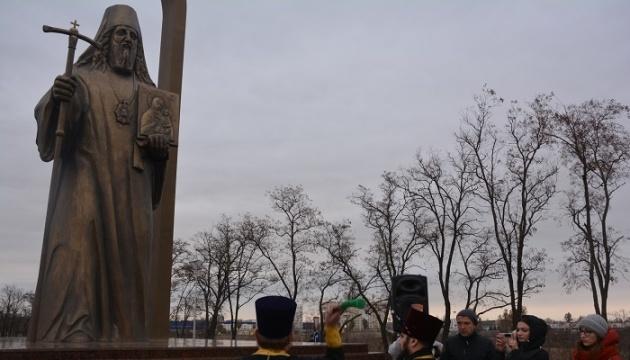 В Мариуполе освятили въездной знак с четырехметровой скульптурой митрополита Игнатия