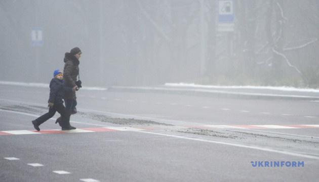Київ зранку накрив туман
