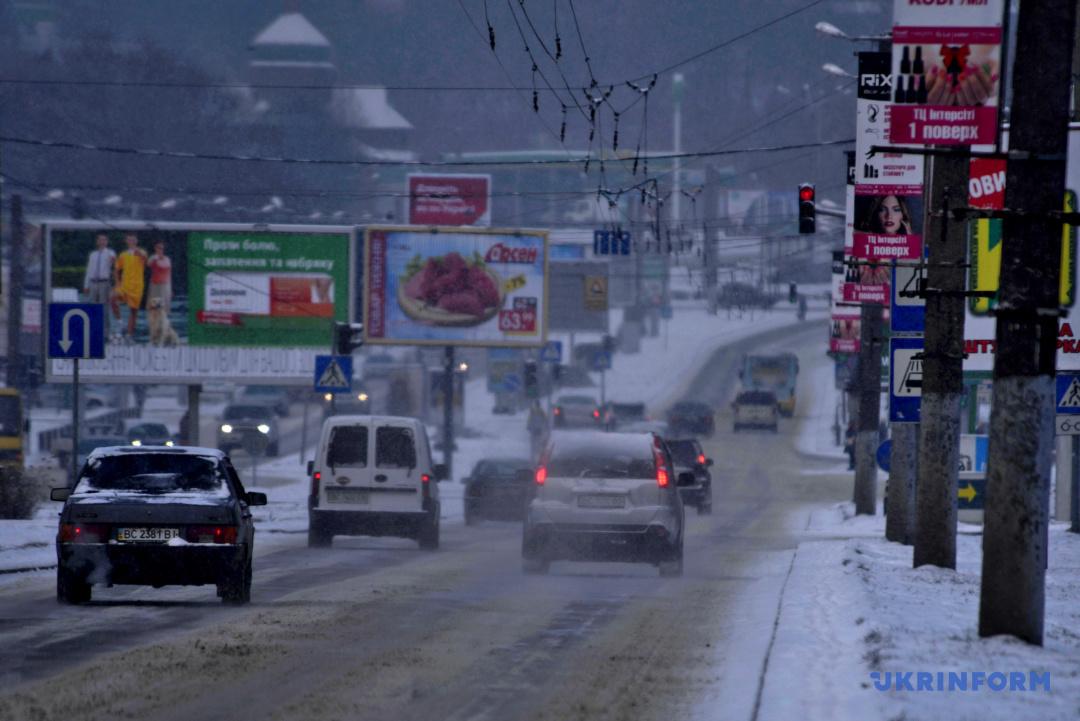 Водіїв попередили про засніжені дороги та ожеледицю