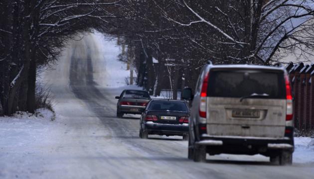 Херсонщину продовжує засипати снігом - дороги відкриті