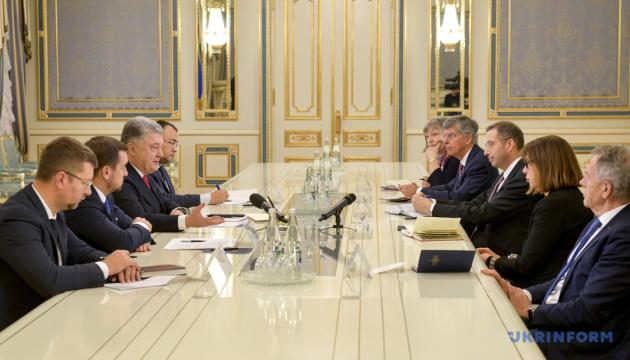 """Порошенко обговорив вибори й """"Мінськ"""" із делегацією зі США та Європарламенту"""