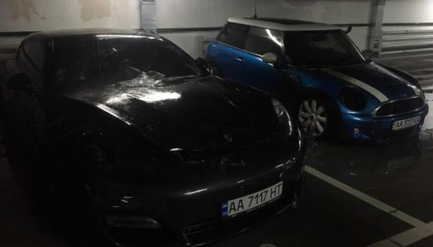 В паркинге Киева подожгли MINI Cooper - пострадал Porsche Panamera