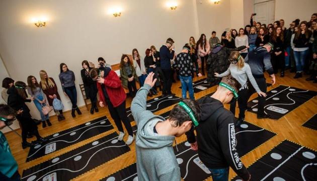 Студенти київського університету спробували пройти рівно в алкоокулярах