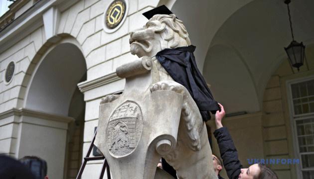 На День студента львівських левів одягнули у мантії