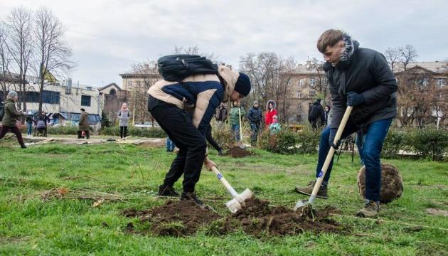 В запорожском парке Яланского высадили 30 кленов