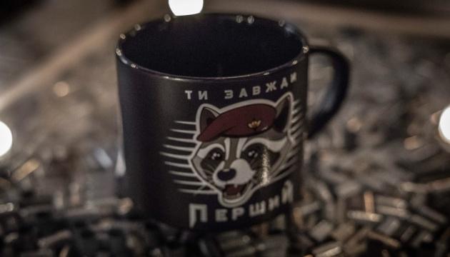 Чашки з єнотами: Порошенко похвалився ідеєю для подарунків десантникам