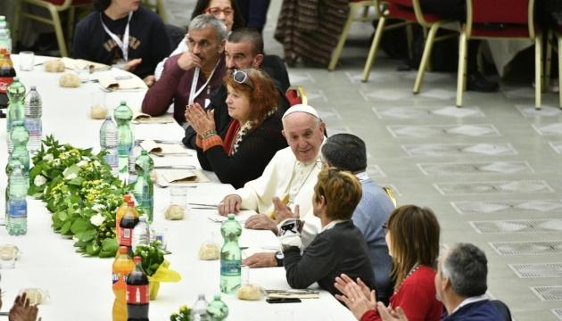 Папа Римський влаштував благодійний обід для трьох тисяч бідних у Ватикані
