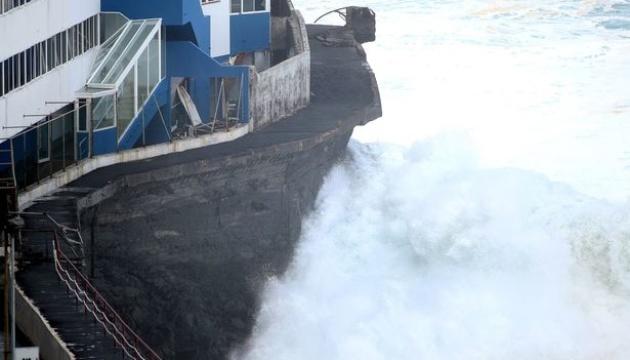 На Канарах хвилі зруйнували балкони готелю до третього поверху
