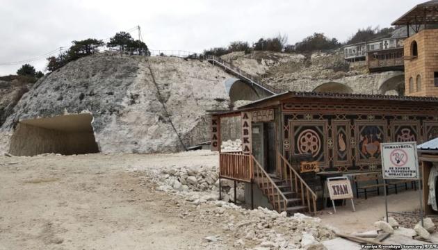 Под Бахчисараем монахи УПЦ МП разрушают пещерный монастырь IX–XIII веков