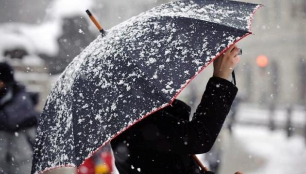 Частині України прогнозують сильні опади та пориви вітру