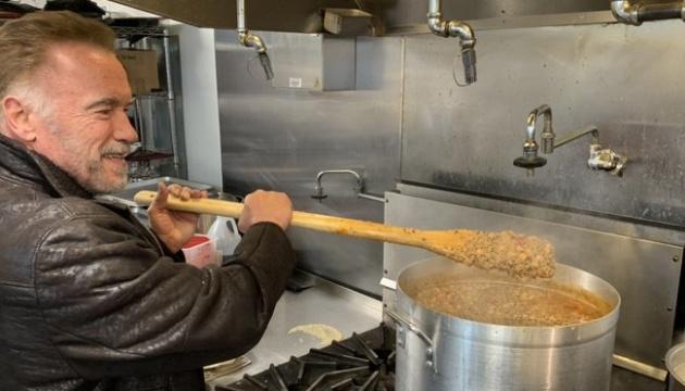 Шварценеггер став волонтером, які готували вечерю для постраждалих від пожеж