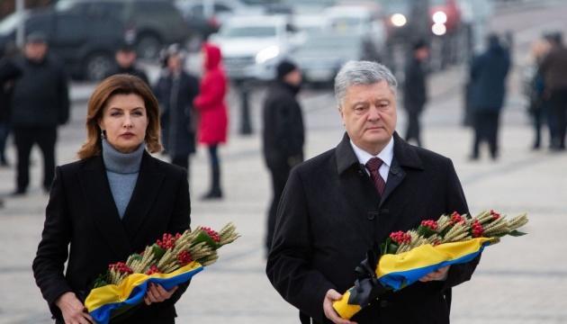 Порошенко с женой возложили колоски к Памятному знаку жертвам Голодомора