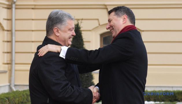 Президент Латвии собирается на Донбасс