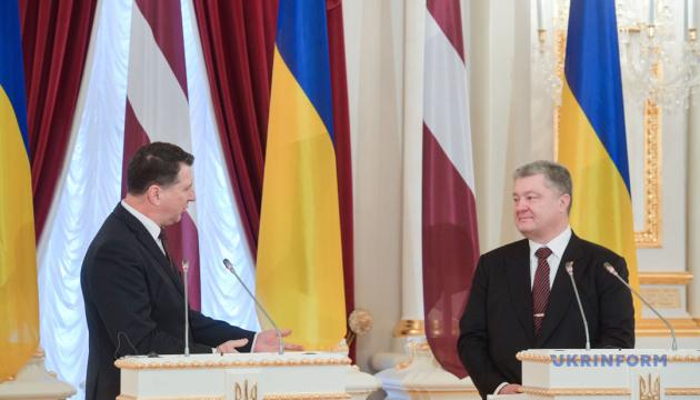 Україна і Латвія мають спільне бачення протидії гібридним загрозам РФ — Президент