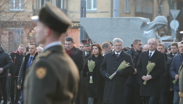 Возле Мемориала Голодомора проходят траурные мероприятия
